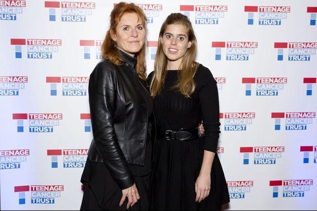 Sarah Ferguson et sa fille la princesse Beatrice d'York à Londres, le 30 mars 2017