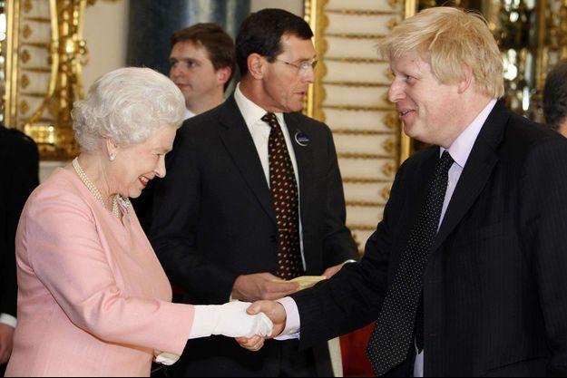 La reine Elizabeth II et le maire de Londres Boris Johnson lors d'une reception pour les leaders du G20, le 1er avril 2009 à Buckingham Palace.