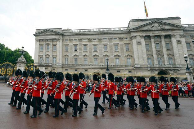 La relève de la Garde devant Buckingham Palace à Londres, le 23 juillet 2013