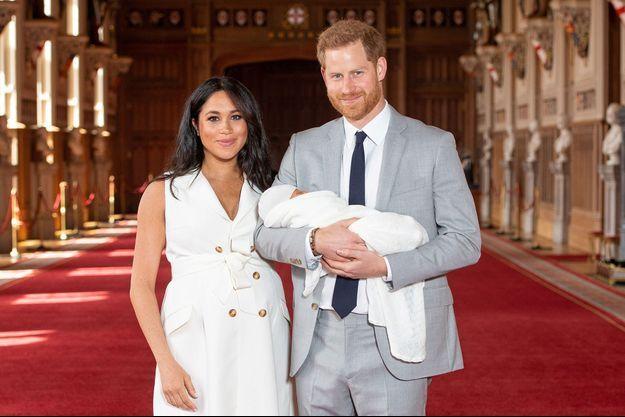 Meghan Markle et le prince Harry présentent leur fils le 8 mai 2019 au château de Windsor