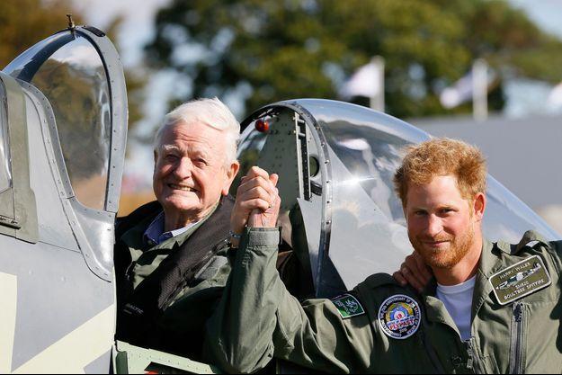 Le prince Harry et Tom Neill sur l'aérodrome de Goodwood, le 15 septembre 2015