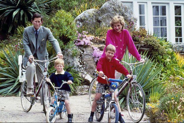 Charles, Diana, William et Harry en 1989.