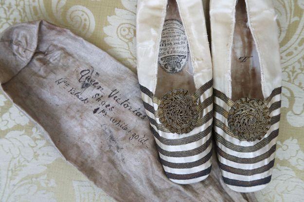 """Les """"slippers"""" de style ballet de la reine Victoria mis en vente par la maison d'enchères Bellmans, photographiés le 7 mai 2021"""