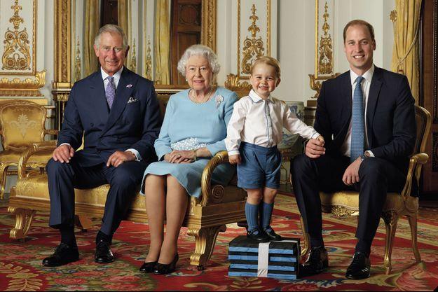 La photo d'Elizabeth II avec ses héritiers les princes Charles, William et George prise à l'été 2015 pour réaliser la planche de timbres de ses 90 ans