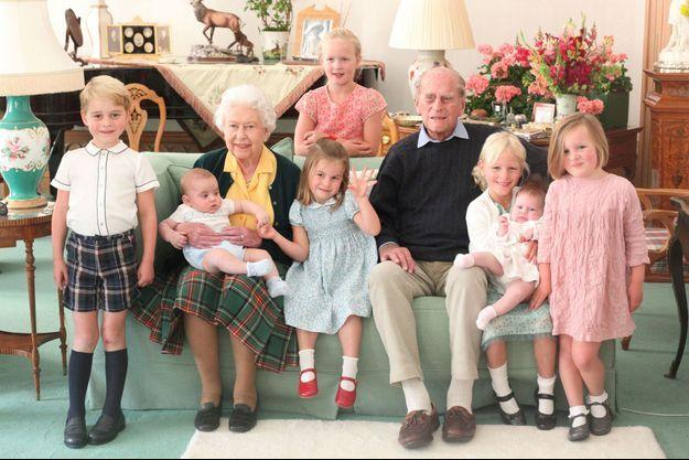 Le prince Philip et la reine Elizabeth II avec leurs sept premiers arrière-petits-enfants, au château de Balmoral en 2018