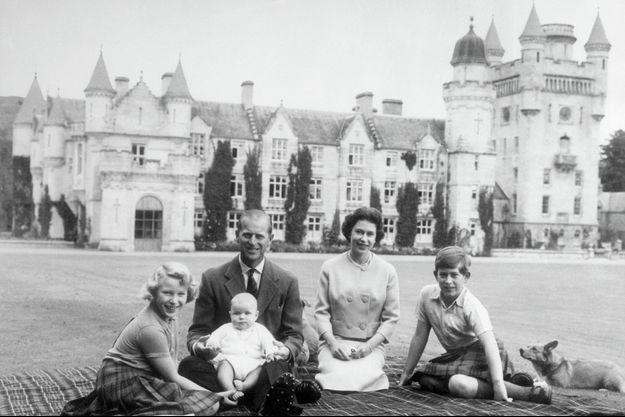La reine Elizabeth II et le prince Philip avec les princes Charles et Andrew et la princesse Anne à Balmoral le 8 septembre 1960