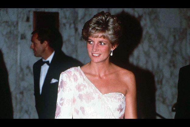 La princesse Diana porte l'une des robes mises aux enchères, une robe portée lors d'une visite au Brésil en 1991.