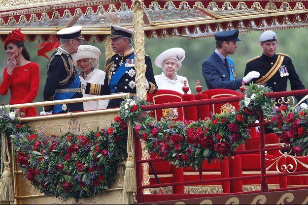 La famille royale, lors du défilé en bateau du jubilé en 2012.