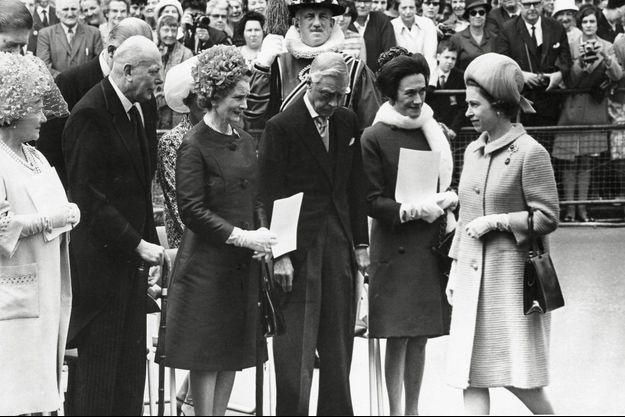 En 1967, la Reine-Mère, tout à gauche, revoit officiellement le couple Windsor, trente ans après l'abdication du roi Edouard VIII (qui baisse la tête) pour l'amour de Wallis, à droite, derrière la reine Elizabeth II.