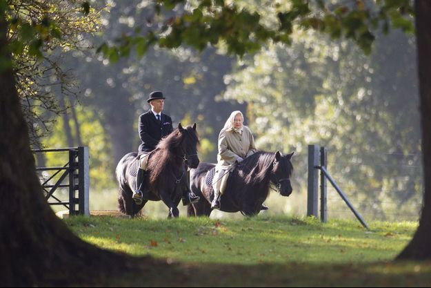 La reine Elizabeth II à cheval près de son château de Windsor, le 17 octobre 2016