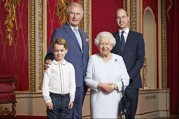 La reine Elizabeth II entourée de ses trois héritiers, les princes Charles, William et George.