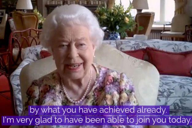 La reine Elizabeth II au château de Windsor lors de son premier chat vidéo officiel, le 4 juin 2020