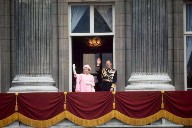 La reine Elizabeth II et le prince Philip au balcon de Buckingham Palace, le 15 juin 1977, à l'occasion du Jubilé d'argent.