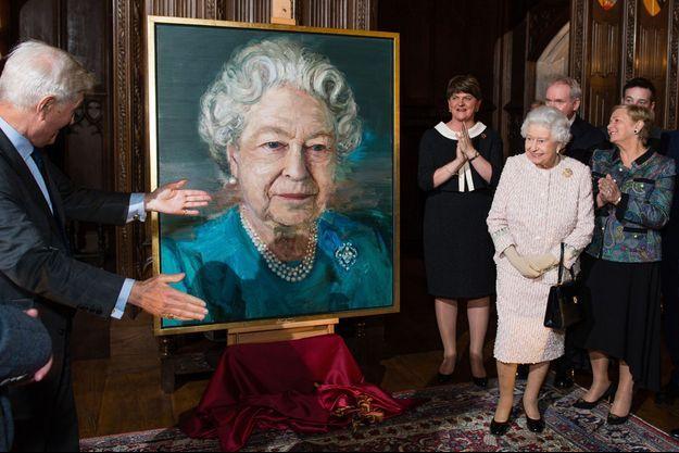 La reine Elizabeth II devant son portrait par l'artiste irlandais Colin Davidson, à Londres le 8 novembre 2016