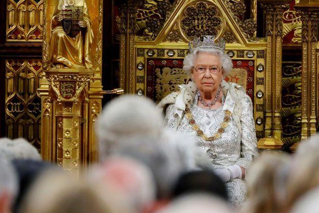 Sur son trône à la Chambre des lords, pour la rentrée parlementaire, le 14 octobre, elle présente sans ciller le programme du gouvernement de Boris Johnson.