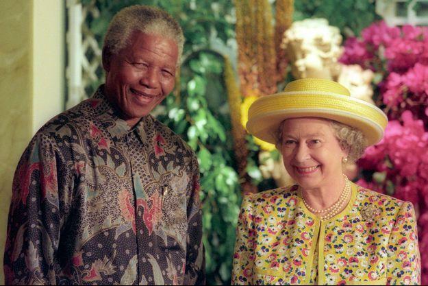 """Nelson Mandela et la reine à Londres en 1996, juste avant le déjeuner organisé par le président sud-africain en l'honneur de sa """"chère Elizabeth""""."""
