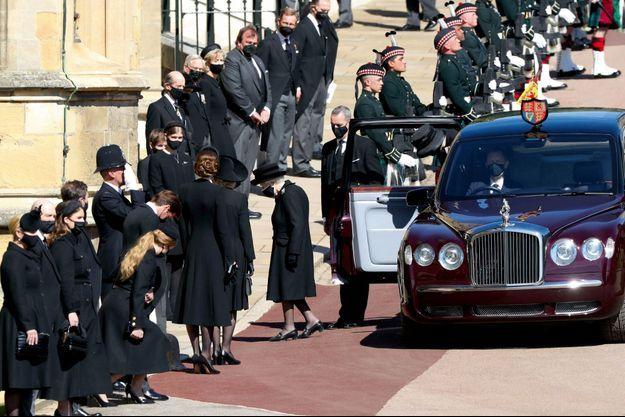 La photo qui a bouleversé le Royaume-Uni : la première apparition publique de la Reine depuis le décès de son mari. Elle entre seule par le porche de Galilée.