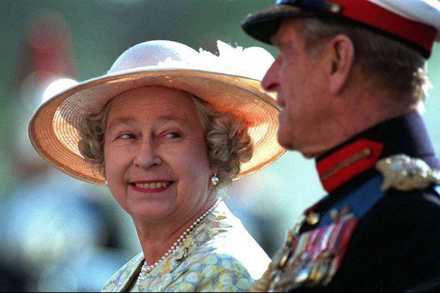 Elizabeth II et le prince Philip assistent à une parade à Londres en juin 1996.