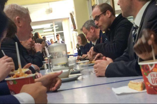 Le prince William mange à la cantine de la John Henry Newman School à Stevenage, le 13 janvier 2016