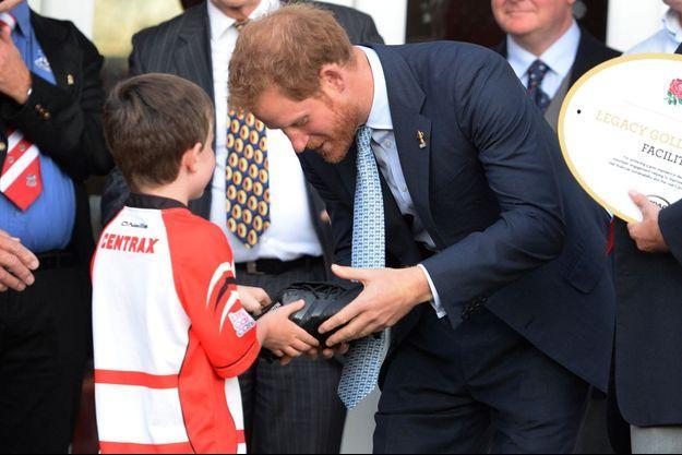 Le prince Harry s'est vu offrir des chaussures de rugby marquées à son nom à Paignton, le 7 octobre 2015