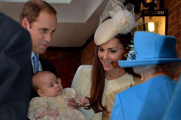 Le prince George dans les bras de son père, sous le regard de sa mère Kate et de la reine d'Angleterre.