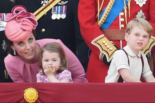 La duchesse de Cambridge, née Kate Middleton, et ses enfants la princesse Charlotte et le prince George à Londres, le 17 juin 2017