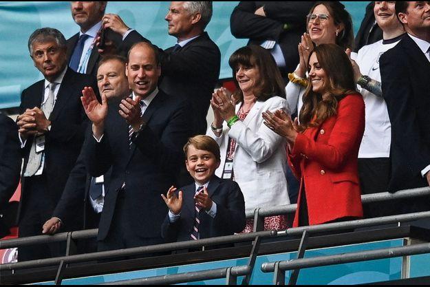 Dans les tribunes de Wembley à Londres, George, entre William et Kate, applaudit la victoire de l'Angleterre contre l'Allemagne, le 29 juin.