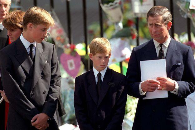 Harry entre son frère William et de leur père le prince Charles aux obsèques de Diana en septembre 1997