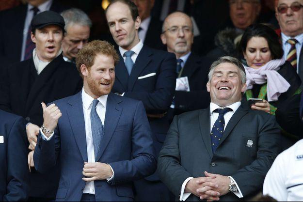 Le prince Harry et, à gauche, derrière lui Benedict Cumberbatch, au stade de Twickenham à Londres, le 12 mars 2016