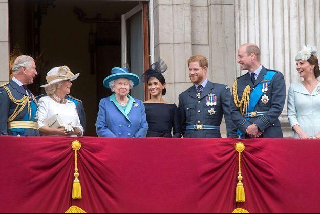 Meghan et Harry au côté de la reine Elizabeth II, du prince Charles, de la duchesse de Cornouailles Camilla, du prince William et de Kate Middleton en juillet 2018
