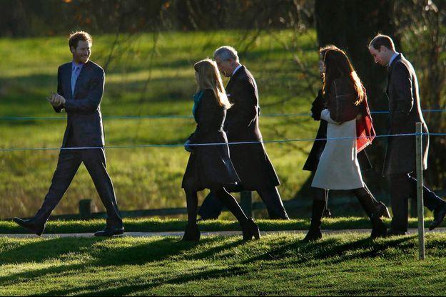 Mercredi 25 décembre à Sandringham, le domaine personnel de la Reine dans le Norfolk. De g. à dr. : Harry, Beatrice d'York, Charles, Kate, Eugenie d'York et Willam, à la sortie de la messe du matin.