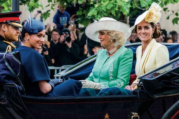 En route pour la parade militaire, le 8 juin. Avec Harry et Meghan, dont c'est la première sortie officielle depuis la naissance d'Archie, Camilla et Kate.