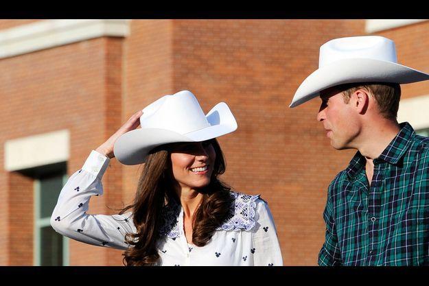 Vendredi 8 juillet, à Calgary. William et Kate, coiffés de Stetson en peau de lapin, donnent le coup d'envoi du défilé du «Stempede» qui célèbre le mode de vie des pionniers.
