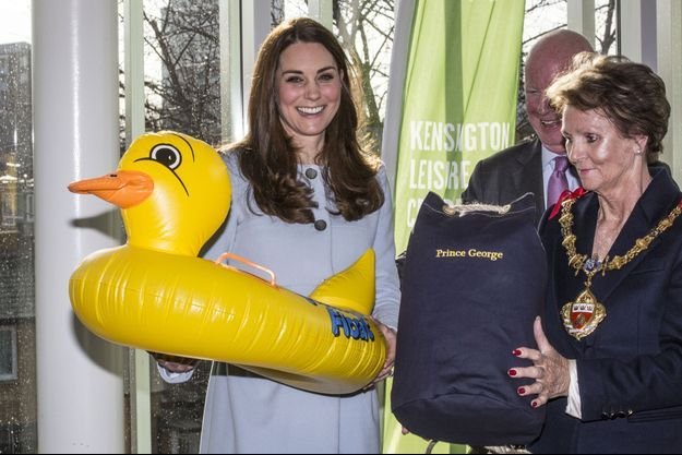 Kate s'est vue offrir une bouée-canard pour Baby George lors de sa dernière sortie officielle, le 18 janvier 2015