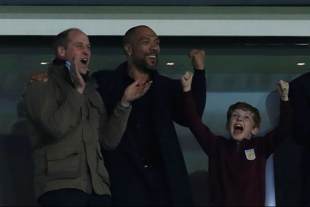 Le prince William et John Carew, lors de la rencontre entre Aston Villa et Cardiff City, mardi soir.