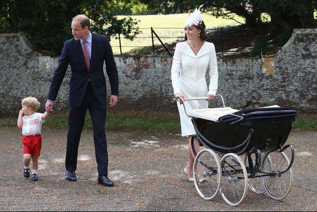 Le duc et la duchesse de Cambridge avec leurs enfants lors du baptême de la princesse Charlotte à Sandringham, le 5 juillet 2015