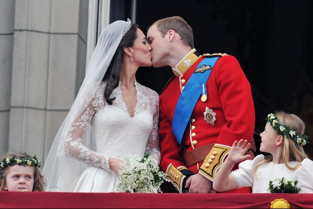 Kate Middleton et le prince William s'embrassent au balcon de Buckingham après leur mariage, le 29 avril 2011.
