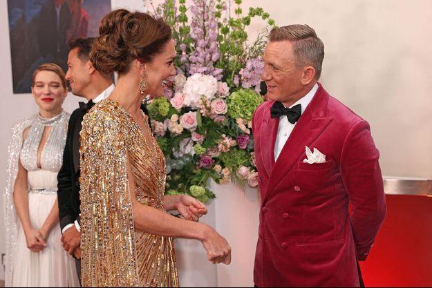 """""""Vous êtes ravissante"""", a glissé Daniel Craig à Kate Middleton lors de l'avant-première de """"Mourir peut attendre""""."""