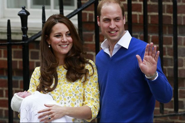 Le prince William, son épouse la duchesse de Cambridge, née Kate Middleton, et la princesse Charlotte à la sortie de la maternité samedi.