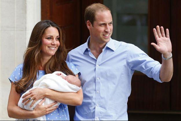 La duchesse de Cambridge, née Kate Middleton, et le prince William à la sortie du St Mary's Hospital, après la naissance du prince George, le 23 juillet 2013.
