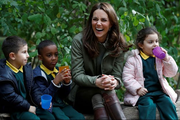Kate née Middleton auprès des enfants à la Sayers Croft Forest School de Londres, le 2 octobre 2018.