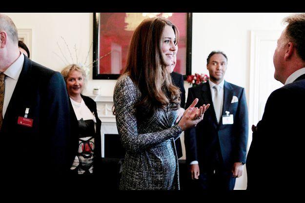 La duchesse au ventre rond en visite à la résidence Hope House de Londres, où sont accueillis des toxicomanes en voie de guérison. Le lieu est géré par Action on Addiction, l'œuvre caritative consacrée à l'aide aux drogués dont Kate est la marraine.