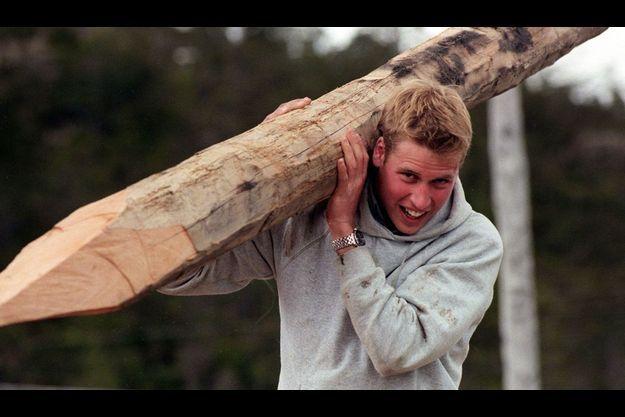 En 2000, en Patagonie, le prince se faisait bûcheron...