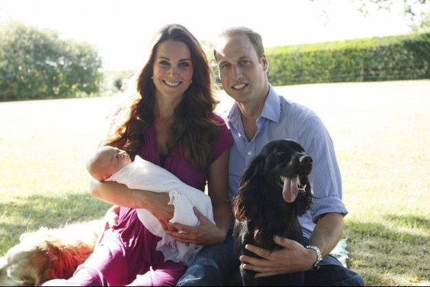 Kate, William et le prince George posent avec Lupo, le cocker spaniel, quatrième membre de la petite famille.