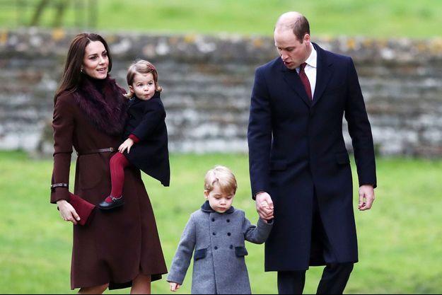 Kate, le prince William et leurs enfants Charlotte et George à Bucklebury pour la messe de Noël, en décembre 2016.
