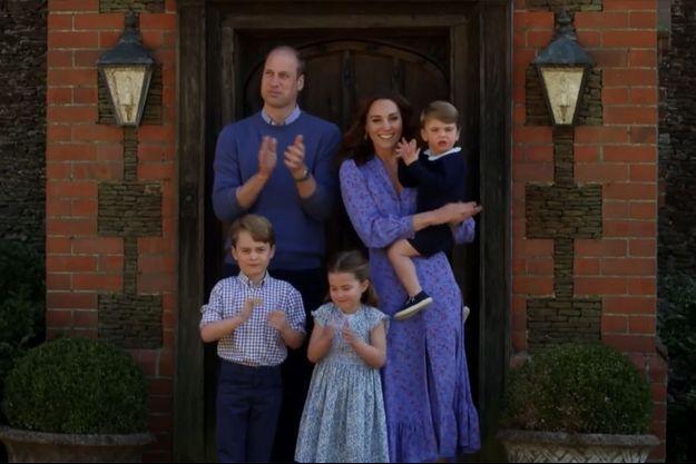 William, Kate, Louis, Charlotte et George de Cambridge applaudissent les soignants le 23 avril 2020