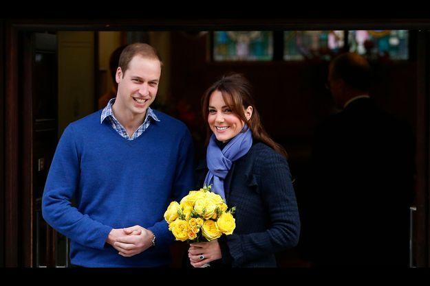 Kate et William quittent l'hôpital King Edward VII, le 6 décembre. La duchesse porte un bouquet de roses jaunes offert par le personnel.
