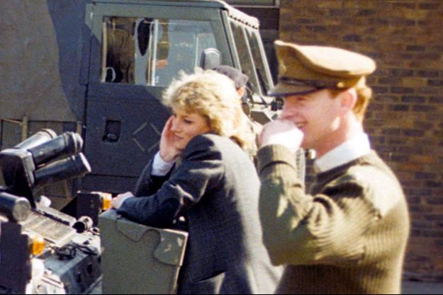 La princesse Diana et James Hewitt en photo ensemble. Ils regardent le prince Harry jouant lors d'une visite d'une base militaire, en 1988.