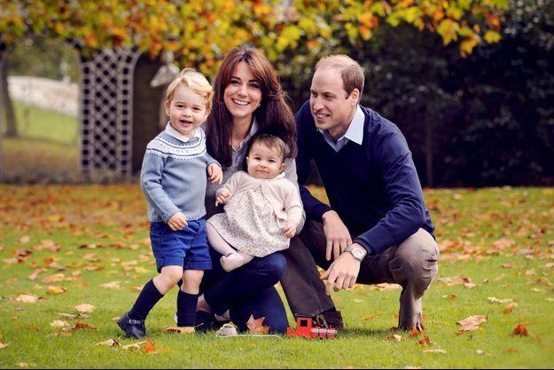 Le prince William et la duchesse de Cambridge avec leurs enfants le prince George et la princesse Charlotte. Photo diffusée sur Twitter par Kensington Palace le 18 décembre 2015