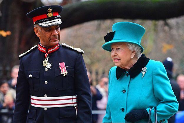 La reine Elizabeth II avec Kenneth Olisa, le Lord-Lieutenant du Grand Londres, le 5 décembre 2018